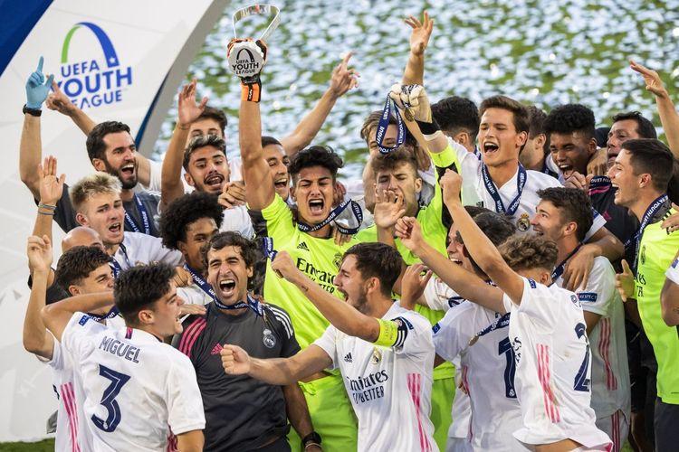 Para pemain Real Madrid U19 dan pelatih Raul Gonzalez Blanco merayakan kemenangan atas Benfica di final UEFA Youth League 2020 di Colovray Sports Centre, Nyon, Swiss, pada 25 Agustus 2020.