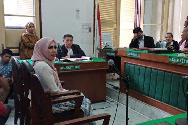 Istri Kombes yang menjadi saksi korban, Fitriani Manurung, memberikan keterangan di PN Medan, Selasa (18/2/2020).