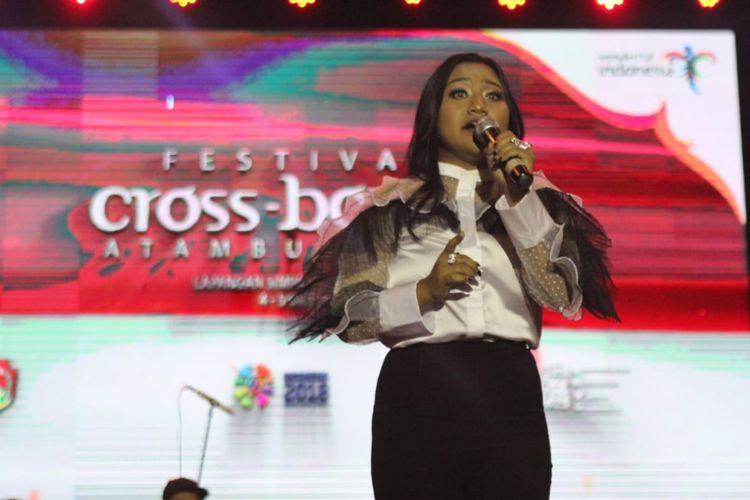 Maria Dwi Permata Simorangkir atau Maria Simorangkir, tampil menghibur warga Kota Atambua, dalam Festival Cross Border, Jumat (5/10/2018) malam