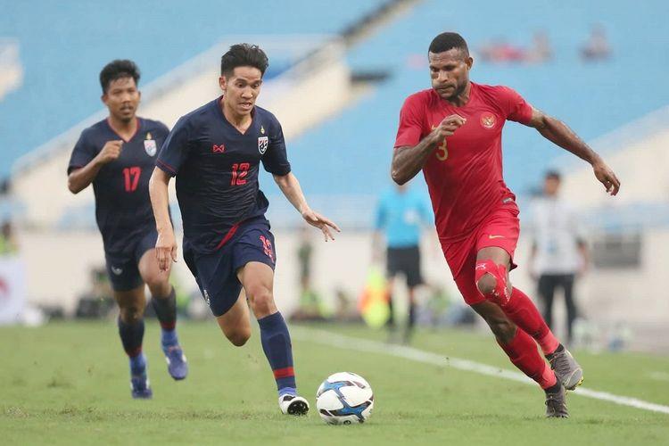 Marinus Manewar ditempel ketat lawan pada laga Timnas U-23 Indonesia vs Thailand dalam babak kualifikasi Piala Asia U-23 2020 di Stadion My Dinh, 22 Maret 2019.