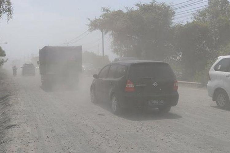 Jalan Raya Manyar yang berdebu, yang cukup dikeluhkan oleh warga dan para pengendara.