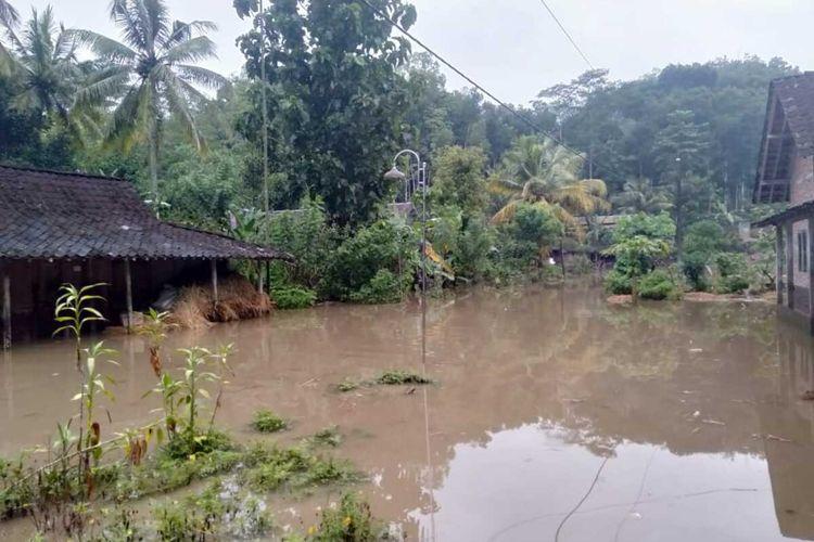 BANJIR-Air banjir menggenang sejumlah rumah di Desa Pucung, Kecamatan Eromoko, Kabupaten Wonogiri setelah hujan deras mengguyur satu jam lebih, Rabu (3/3/2021).