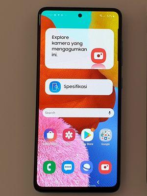 Samsung Galaxy A51 (kiri) dan Galaxy A71 dalam acara peluncuran di Jakarta, Selasa (14/1/2020).