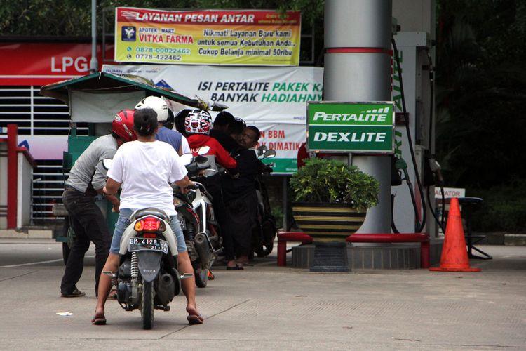 Sejumlah warga terlihat antri melakukan pengisian BMM. Saat ini BBM satu harga sudah berlaku di Kepri dan direncanakan akan ada enam SPBU. 4 SPBU di Natuna dan masing-masing satu SPBU di Kabupaten Anambas dan Kabupaten Bintan.