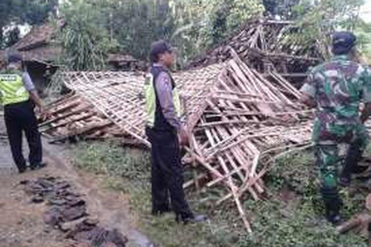 Foto : Aparata Polsek Sawoo sementara berada di lokasi rumah roboh di Dusun Karang Jati, Desa Grogol, Kecamatan Sawoo,  Kabupaten Ponorogo, Rabu ( 14/12/2016) (foto akp sudarmanto)