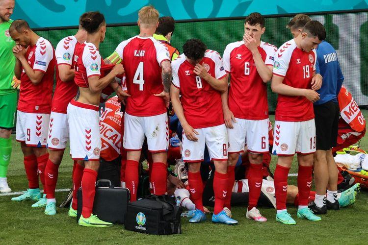 Para pemain Denmark mengelilingi Christian Eriksen yang tiba-tiba kolaps di tengah pertandingan melawan Finlandia. Laga Denmark vs Finlandia merupakan pembuka Grup B Euro 2020 yang digelar di Stadion Parken, Sabtu (13/6/2021).