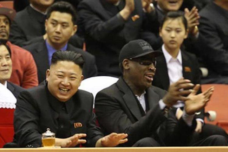 Mantan bintang NBA Dennis Rodman dan pemimpin Korea Utara Kim Jong-Un bersorak saat menyaksikan laga basket ekshibisi di Pyongyang.