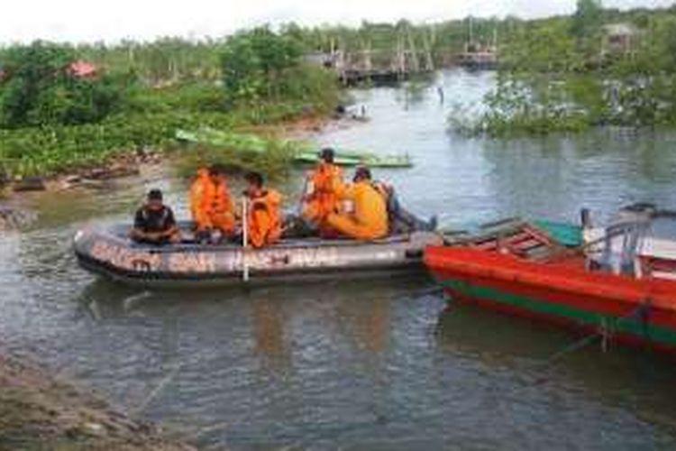 Tim Sar dari Basarnas Kabupaten Nunukan berupaya melakukan pencarian Risa Warga Nunukan yang hilang setelah disambar petir ketika memukat rumput laut malam tadi.