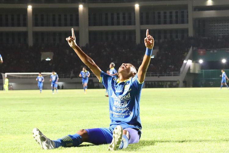 Gelandang Persib Bandung, Beckham Putra Nugraha, merayakan gol perdananya untuk Persib Bandung pada tahun 2020 kontra Persis Solo di Stadion Manahan, Sabtu (15/2/2020).
