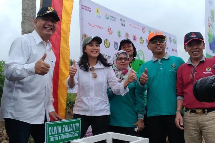 Olivia Zalianty menjalani kegiatan menanam 10.000 bibit pohon di Batang Agam, Payakumbuh, Sumatera Utara.