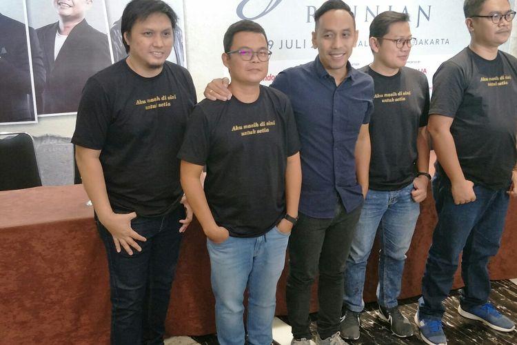 Para personel pionir grup band Jikustik dalam jumpa pers di Balai Sarbini, Plaza Semanggi, Jakarta Selatan, Kamis (18/7/2019).