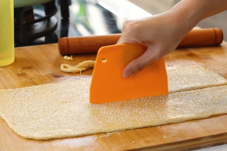 Adonan odading dipotong-potong sebelum digoreng.