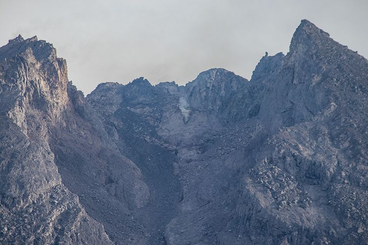 Kawah gunung Merapi dilihat dari Kali Talang dengan lensa zoom.