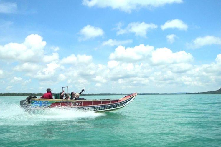 Perahu bermotor dengan kecepatan tinggi menjadi sarana menuju Pulau Kelapan di Kabupaten Bangka Selatan, Kepulauan Bangka Belitung, Sabtu (14/4/2018).