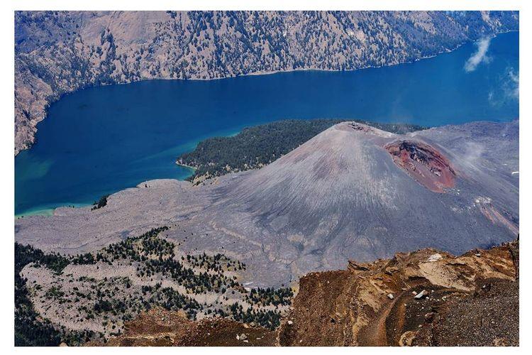 Keindahan kaldera Gunung Rinjani dengan Danau Segara Anak dan gunung anakan Barujari menjadi salah satu daya tarik wisata di Pulau Lombok, Nusa Tenggara Barat.