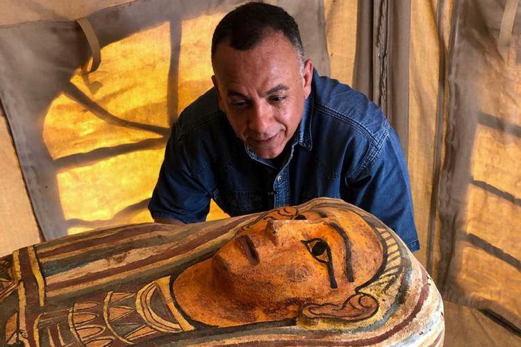 Foto yang dirilis Kementerian Purbakala Mesir pada 20 September 2020 menunjukkan Sekretaris Jenderal Dewan Tinggi Purbakala Mostafa Waziri memeriksa 1 dari 14 peti mati berusia 2.500 tahun, yang ditemukan di nekropolis Saqqara.