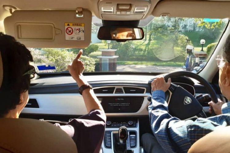 Perdana Menteri Malaysia Mahathir Mohamad mengemudikan mobil sembari berkencan bersama sang istri, Tun Siti Hasmah Mohamad Ali, ke Kuala Lumpur Sabtu (23/11/2019).