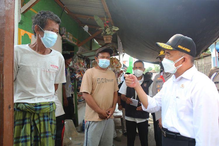 Menko PMK Muhadjir Effendy saat inspeksi mendadak (sidak) ke perkampungan nelayan RW 01 Kali Adem, Pelabuhan Muara Angke, Kelurahan Pluit, Kecamatan Penjaringan, Jakarta Utara,Senin (2/8/2021).