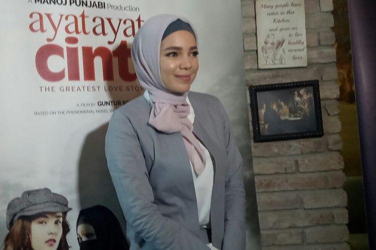Dewi Sandra saat ditemui setelah jumpa pers peluncuran official poster dan trailer Ayat Ayat Cinta 2 di MD Place, Setiabudi, Jakarta Selatan, Selasa (24/10/2017).