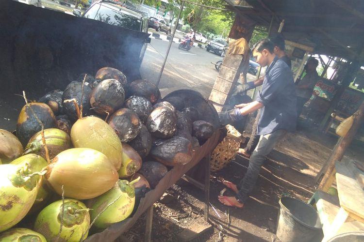 Kelapa muda bakar di Jalan Muhammad Jam, Kota Banda Aceh, Aceh, Jumat (28/8/2020)