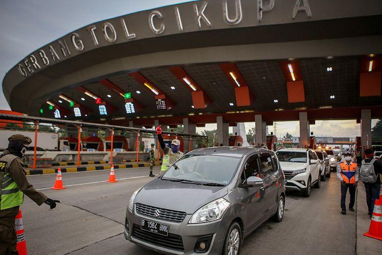 Petugas memeriksa kendaraan di gerbang tol Cikupa, Kabupaten Tangerang, Banten, Rabu (27/5/2020). Petugas memutarbalikkan kendaraan menuju Jakarta yang tidak dilengkapi surat izin keluar masuk (SIKM) Jakarta dalam upaya pencegahan penularan Covid-19 sesuai Pergub DKI Jakarta Nomor 47 Tahun 2020.