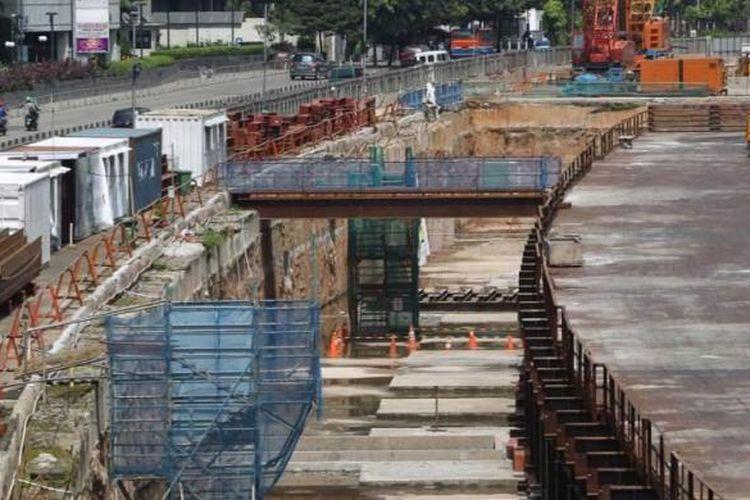 Proyek mass rapid transit (MRT) di jalan Sudirman, Jakarta, diliburkan, Selasa (5/7/2016). H-1 perayaan Idul Fitri 1437 H, hampir seluruh ruas jalan di ibukota lengang dikarenakan banyak warga Jakarta mudik ke kampung halaman di Jawa Barat, Jawa Tengah dan Jawa Timur.
