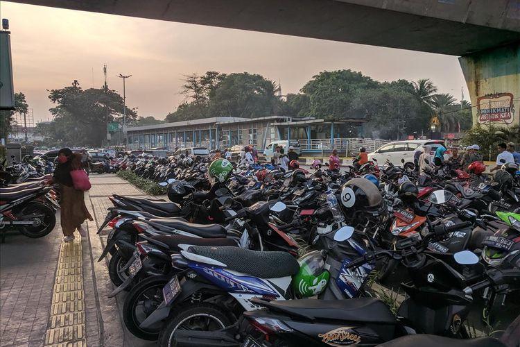 Jalan Ir. H. Juanda dijadikan lahan Parki bagi warga yang ingin menunaikan Shalat Ied di Masjid Istiqlal