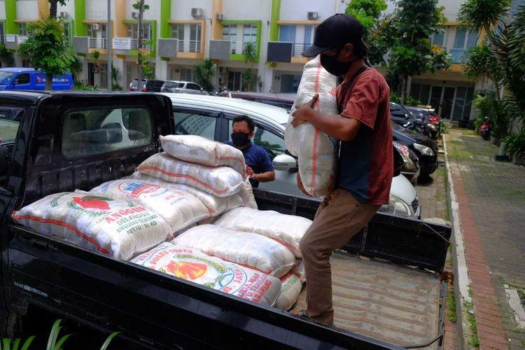 Relawan tengah mengangkut bantuan sembako dari Aep Syaepulloh, seorang pengusaha muda dari Karawang, Rabu (8/4/2020).