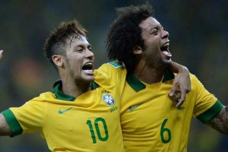 Penyerang, Neymar (kiri) dan bek Marcelo merayakan kemenangan setelah gelandang Paulinho mencetak gol melawan Uruguay pada semifinal Piala Konfederasi Brasil 2013 di Stadion Mineirao, Belo Horizonte, 26 Juni 2013.
