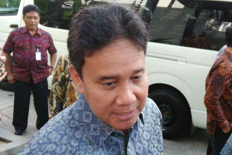 Deputi Gubernur Senior Bank Indonesia (BI) Mirza Adityaswara usai acara Diseminasi Buku Laporan Keuangan Indonesia 2016 di The Anvaya, Depnasar, Bali, Senin (22/5/2017).