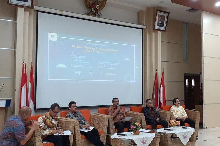 Direktur Jenderal Sumber Daya dan Perangkat Pos dan Informatika (Dirjen SDPPI) Kemkominfo, Ismail(tengah) dalam konferensi pers pengendalian IMEI di Jakarta, Jumat (28/2/2020).
