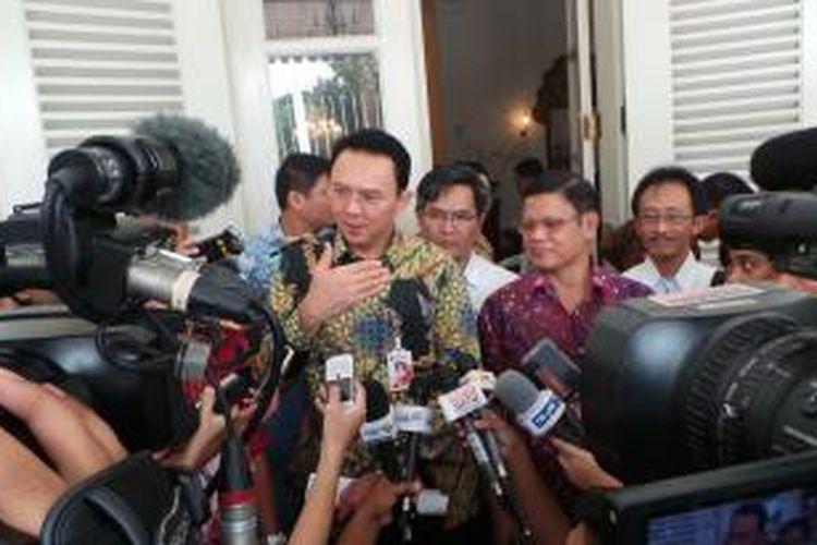 Gubernur DKI Jakarta Basuki Tjahaja Purnama bersama General Manager (GM) Perusahaan Listrik Negara (PLN) Distribusi Jakarta Raya dan Tangerang (Disjaya dan Tangerang), Haryanto WS di Balai Kota, Kamis (12/2/2015).