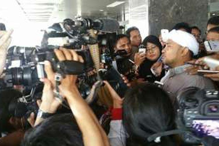 Sekretaris Jenderal DPD FPI Jakarta Novel Chaidir Hasan Bamukmin alias Habib Novel selesai diperiksa sebagai saksi dalam sidang lanjutan kasus dugaan penistaan agama dengan terdakwa Basuki Tjahaja Purnama atau Ahok, yang diselenggarakan di Auditorium Kementerian Pertanian, di Jakarta Selatan, Selasa (3/1/2017).