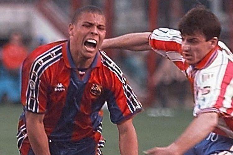 Penyerang Barcelona, Ronaldo Luis Nazario da Lima, saat berduel dengan Daniel Prodan dari Atletico Madrid pada ajang Liga Spanyol, 13 April 1997.