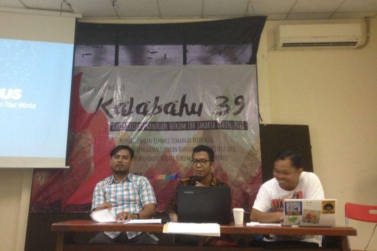 Anggota Koalisi Selamatkan Teluk Jakarta (KSTJ) Marthin, Nelson dan Tigor menyatakan usulan pemberhentian reklamasi Jakarta di gedung Lembaga Bantuan Hukum, Menteng, Jakarta Pusat pada Selasa (24/4/2018).