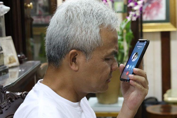 Gubernur Jawa Tengah Ganjar Pranowo saat mendengar curhat perawat positif corona melalui sambungan telepon, di rumah dinasnya Puri Gedeh Semarang, Sabtu (28/3/2020).