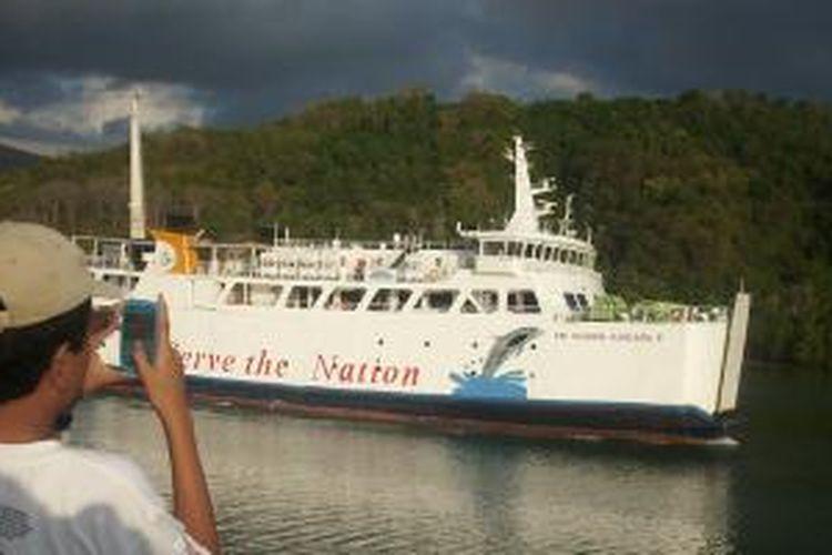Feri di pelabuhan Lembar, Lombok, Nusa Tenggara Barat. Feri melayani penumpang untuk rute Lembar (Lombok) dan Padangbai (Bali).