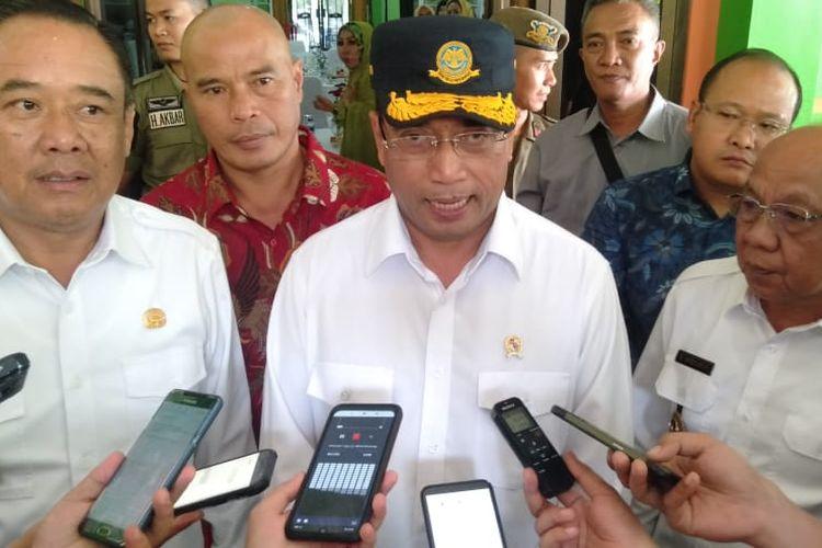 Menteri Perhubungan Budi Karya Sumadi usai menghadiri acara dialog nasional di Gedung Kesenian Kabupaten Lahat, Sumatera Selatan, Sabtu (6/4/2019).