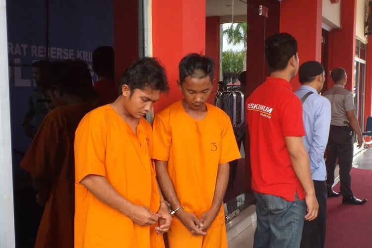 Dua dari tiga pelaku curas dan memaksa korbannya untuk melakukan hubungan badan, saat dihadirkan dalam konferensi pers di Polda Riau di Pekanbaru, Kamis (5/3/2020).