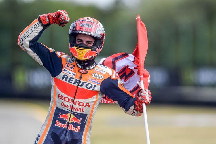 Pebalap Repsol Honda Team, Marc Marquez, melakukan selebrasi usai memenangi balapan MotoGP Republik Ceko, di Sirkuit Brno, Minggu (4/8/2019).
