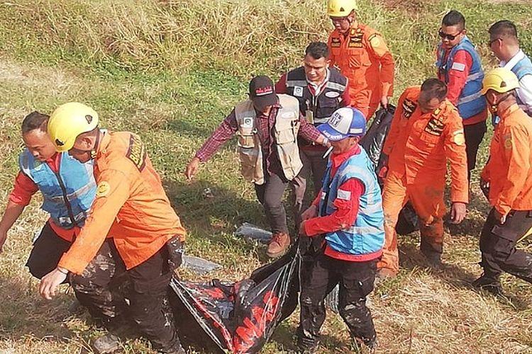Tim Basarnas Semarang mengevakuasi korban kecelakaan di Tol KM 314 Pemalang Jawa Tengah