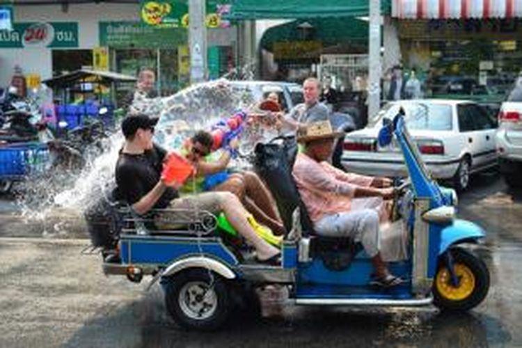 Orang-orang merayakan Songkran di Chiang Mai, Thailand.