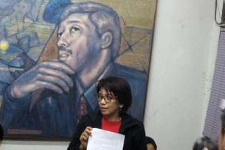 Istri aktivis HAM Munir, Suciwati, saat memberikan keterangan terkait keputusan KIP atas dokumen TPF kasus pembunuhan Munir, di kantor Kontras, Jakarta Pusat, Rabu (19/10/2016). Komisi Informasi Pusat (KIP) menyatakan dokumen TPF Kasus pembunuhan Munir harus diumumkan ke publik.