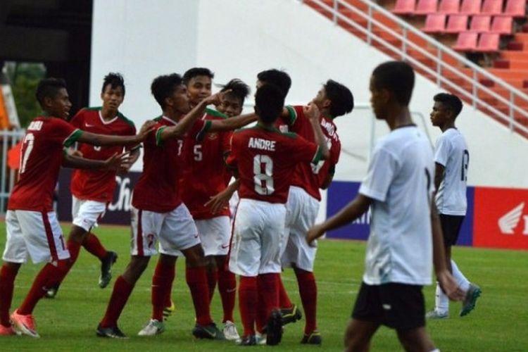 Para pemain Timnas U-16 Indonesia melakukan selebrasi setelah mencetak gol ke gawang Timor Leste.