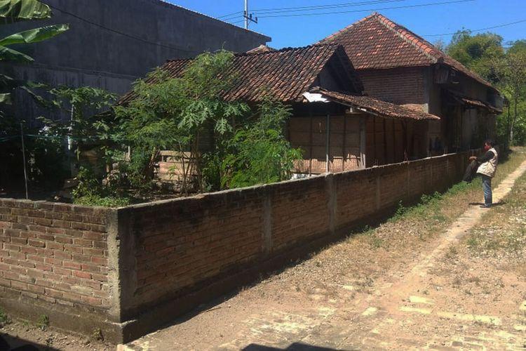 Rumah Wisnu Widodo di Kabupaten Ponorogo ditembok oleh tetangganya M karena kesal dengan kotoran ayam peliharaan Wisnu. Meski Pengadilan Negeri Ponorogo memenangkan pihak Wisnu, tetapi M masih  enggan membongkar tembok tersebut.