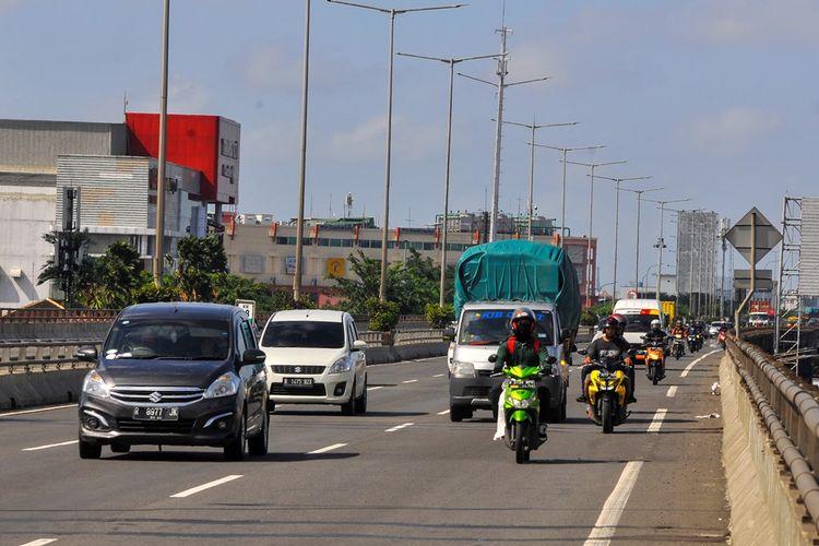Sejumlah pengendara melintasi tol Wiyoto Wiyono untuk menghindari banjir di Cempaka Putih, Jakarta Pusat, Minggu (23/2/2020). Pengendara motor memasuki tol Wiyoto Wiyono untuk menghindari banjir di jalan jenderal Ahmad Yani.