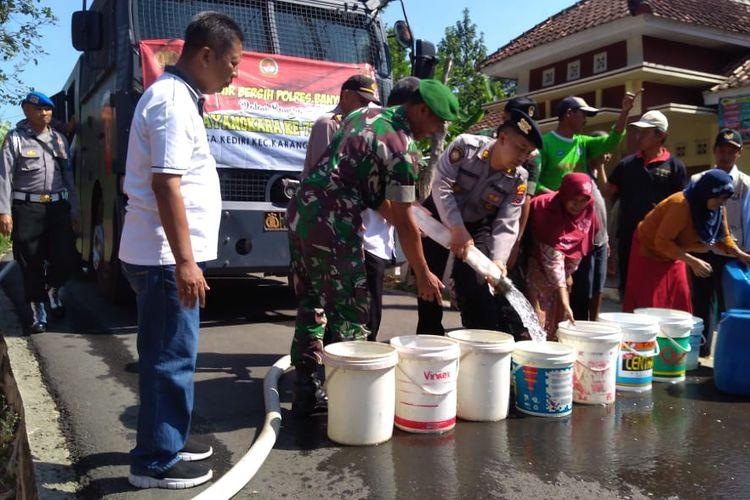 Kendaraan water canon digunakan untuk mengirimkan bantuan air bersih di Desa Kediri, Kecamatan, Karanglewas, Kabupaten Banyumas, Jawa Tengah, Jumat (21/6/2019).