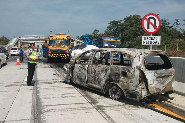 Kondisi mobil Toyota Kijang Inova nomor polisi W 1016 BK usai terbakar di Tol Pandaan-Malang, Rabu (12/6/2019)