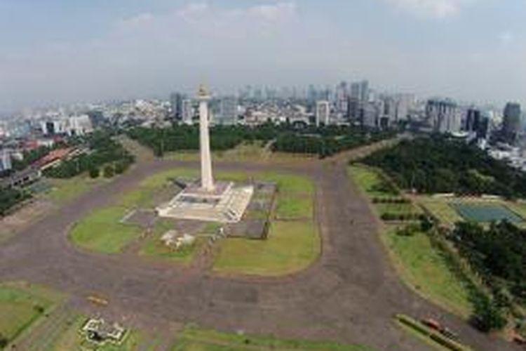 Tugu Monumen Nasional (Monas), Jakarta, Kamis (17/7/2014). Monumen peringatan setinggi 132 meter ini didirikan pada 1951 dan diresmikan pada 1961. Setiap hari libur, Monas kerap dikunjungi banyak wisatawan.