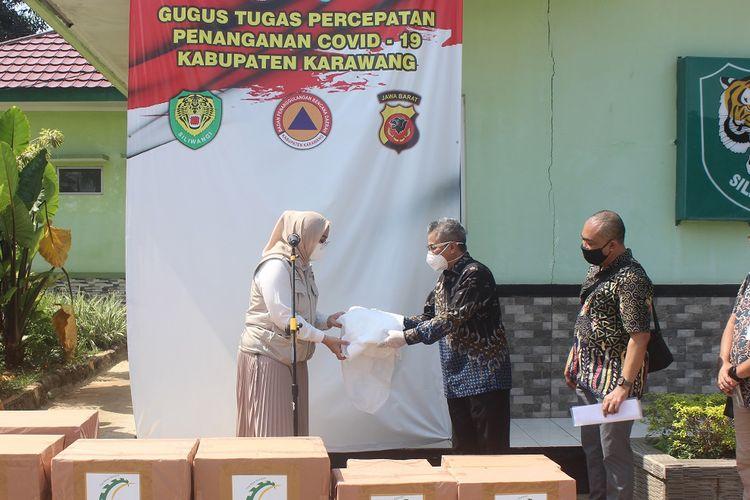 Direktur PT Suryacipta Swadaya Didi Wihardi menyerahkan bantuan APD untuk tenaga medis di wilayah Kabupaten Karawang. Bantuan diterima oleh Bupati Karawang Cellica Nurracha, Rabu (29/4/2020).